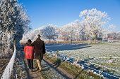 Senior paar wandeling in een winterlandschap