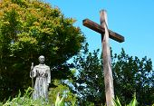 Sacerdote y cruzada de la estatua