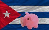 Reich Sparschwein und Nationalflagge Kubas