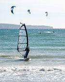 Windsurfista y cometas