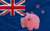 Reich Sparschwein und Nationalflagge Neuseelands