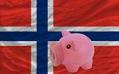 Reich Sparschwein und nationalen Flagge Norwegens