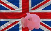Reich Sparschwein und Nationalflagge des Vereinigten Königreichs