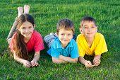 Tres niños felices en el campo