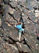 Junge, Klettern am Seil