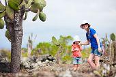 Постер, плакат: Мать и дочь туризм в Лос Tuneles Галапагосские острова Эквадор