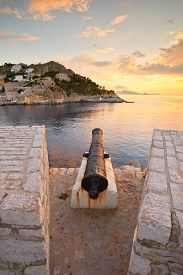 picture of hydra  - One of the many canons that used to guard the port of Hydra - JPG