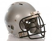 capacete de futebol cinza com reflexão sobre fundo branco