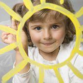 Постер, плакат: Милая девушка солнце живописи на стекле