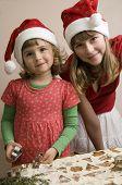 Hermanas haciendo galletas de Navidad
