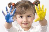 Linda chica jugando con los colores