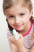 Menina com curativo no dedo