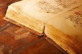 Постер, плакат: Древняя книга малая глубина резкости