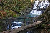 Cachoeira com a ponte de madeira