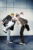 Dois empresários usam máscaras de gás