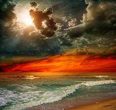 Cena de seascape loucura praia oceano paisagem de por do sol no Oceano Índico