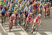 BARCELONA-, el 24 de marzo: Pack del viaje de los ciclistas durante la carrera ciclista del Tour de Cataluña a través de t