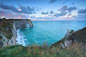 Falésias de alabastro costa no Oceano Atlântico