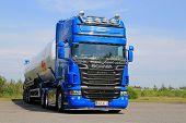 Blue Scania V8 Tank Truck For Dry Bulk Transport