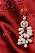 Conjunto de accesorios jade en nudo de Jin-seda background.lucky orar la seguridad y la propiedad de la o
