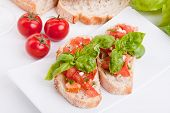 Постер, плакат: Deliscious свежий брускетты закуска с помидорами изолированные