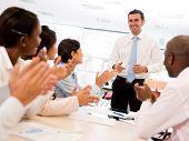 Glücklich, dass eine erfolgreiches Business-Präsentation