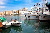 Barco de pesca en Puerto en Zadar, Croacia