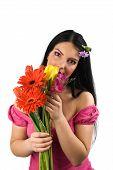 Mulher solitária com flores da Primavera
