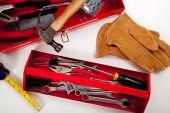Una caja de herramientas roja con instrumentos