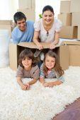 Família alegre, brincando com caixas