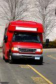 Van de rojo servicio listo para recoger a pasajeros en un centro comercial local