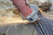 Corte los alambres de acero con la máquina de pulir