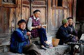 homens chineses antigos e socializar na rua de mulheres