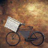 Vintage bicicleta holandesa de viejo portador con cesta sobre fondo grunge