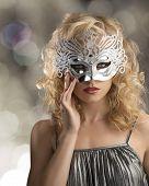 blonde Mädchen mit Silber Maske im Gesicht