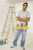 Retrato de un hombre que llevaba un cinturón de herramientas
