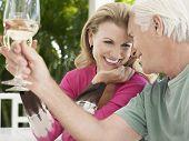 Alegre par envejecido medio tostado copas de vino