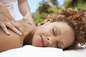 Closeup de recebimento ombro relaxado jovem massagem de massagista no spa