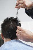 Primer plano de pelo de peluquería corte hombre en peluquería