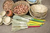 Vassoura, vime placa e argila copos no bazar, Índia