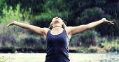 ein hübsches Mädchen gefangen in einer Regendusche