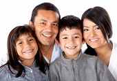 Latinamerican hermosa familia sonriendo - aislado sobre un fondo blanco