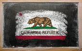 Bandera de nosotros del estado de California en pizarra pintada con tiza