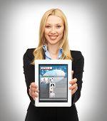 negócios, tecnologia, internet e o conceito de notícia - mulher mostrando tablet pc com notícias app