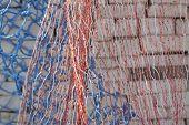 colourfull redes de pesca y una piedra de la pared de fondo