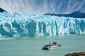 Barco vela perto do Glaciar Perito Moreno, na Patagônia.