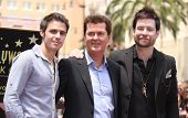 LOS ANGELES - MAY 23:  Kris Allen, Simon Fuller & David Cook arrives to the Walk of Fame Ceremony fo