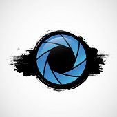 Camera objective icon, grunge blue aperture