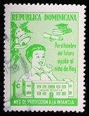 República Dominicana - por volta de 1978: Um carimbo de 1 centavo imprimido na República Dominicana mostra A criança E