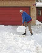 Homem otimista, pá de neve
